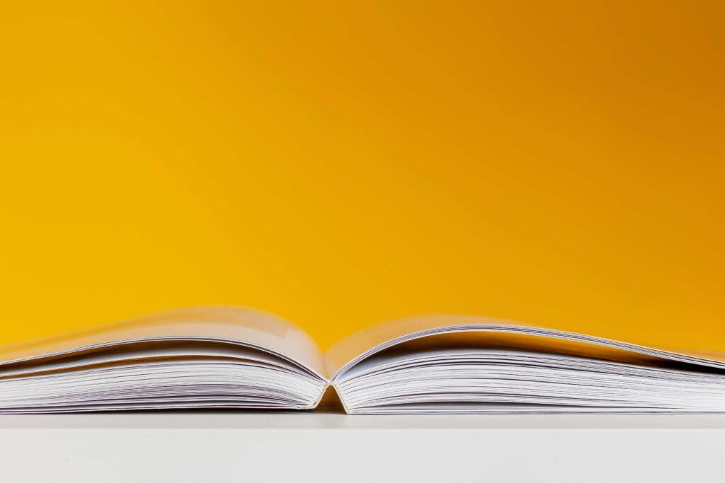 Sanakirja auki keltainen