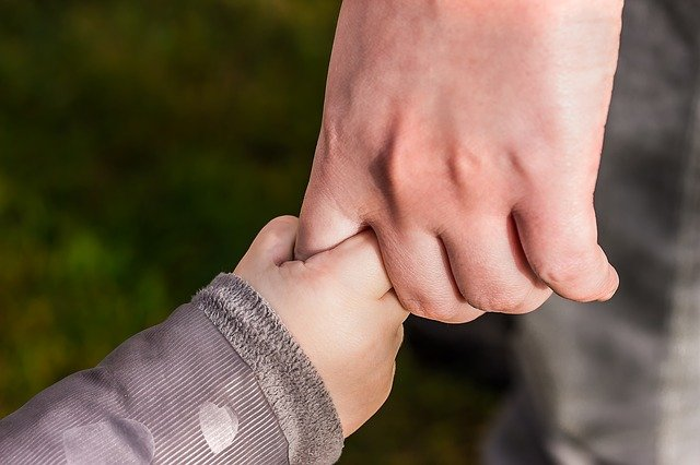 Aikuisen ja lapsen käsi